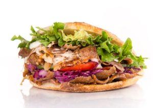 Döner Kebab Berlins signaturrätt. Ett pitabröd fyllt med strimlat kött och grönsaker. Toppad med sås.