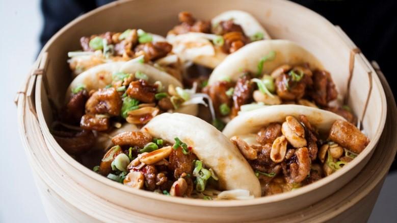 Mjuka ångade asiatiska bröd fyllda med västerländsk BBQ-kryddat kött och grönsaker